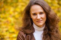 Νέα όμορφη γυναίκα στο πάρκο φθινοπώρου Στοκ Εικόνες