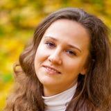 Νέα όμορφη γυναίκα στο πάρκο φθινοπώρου Στοκ Εικόνα