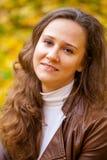 Νέα όμορφη γυναίκα στο πάρκο φθινοπώρου Στοκ εικόνες με δικαίωμα ελεύθερης χρήσης