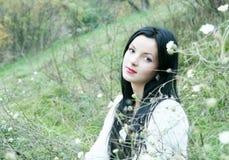 Νέα όμορφη γυναίκα στο πορτρέτο χλόης Στοκ εικόνες με δικαίωμα ελεύθερης χρήσης