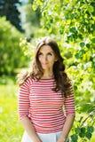 Νέα όμορφη γυναίκα, στο πράσινο υπόβαθρο Στοκ Φωτογραφία