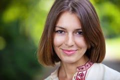 Νέα όμορφη γυναίκα στο χαμόγελο θερινών πάρκων στοκ φωτογραφίες με δικαίωμα ελεύθερης χρήσης