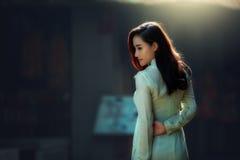 Νέα όμορφη γυναίκα στο AO Dai Βιετνάμ Στοκ Εικόνες