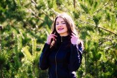 Νέα όμορφη γυναίκα το καλοκαίρι στα ξύλα μεταξύ των δέντρων στοκ εικόνες με δικαίωμα ελεύθερης χρήσης