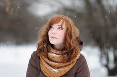 Νέα όμορφη γυναίκα το χειμώνα Στοκ φωτογραφία με δικαίωμα ελεύθερης χρήσης