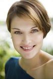 Νέα όμορφη γυναίκα υπαίθρια Στοκ εικόνα με δικαίωμα ελεύθερης χρήσης