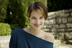 Νέα όμορφη γυναίκα υπαίθρια Στοκ φωτογραφία με δικαίωμα ελεύθερης χρήσης