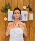 Νέα όμορφη γυναίκα aroma spa στο κέντρο wellness Στοκ Εικόνα