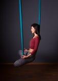 Νέα όμορφη γυναίκα brunette που κάνει τη γιόγκα μυγών Κάθισμα στο hammoc Στοκ εικόνες με δικαίωμα ελεύθερης χρήσης