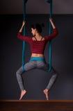 Νέα όμορφη γυναίκα brunette που κάνει τη γιόγκα μυγών Κάθισμα στο hammoc Στοκ φωτογραφία με δικαίωμα ελεύθερης χρήσης