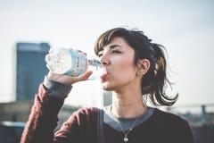 Νέα όμορφη γυναίκα hipster που χρησιμοποιεί το έξυπνο τηλέφωνο Στοκ φωτογραφία με δικαίωμα ελεύθερης χρήσης