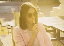 Νέα όμορφη γυναίκα, lollipop, υπαίθρια Στοκ εικόνες με δικαίωμα ελεύθερης χρήσης