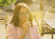 Νέα όμορφη γυναίκα, lollipop, υπαίθρια Στοκ Φωτογραφία