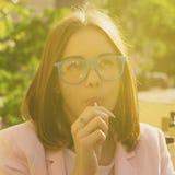 Νέα όμορφη γυναίκα, lollipop, υπαίθρια Στοκ Φωτογραφίες