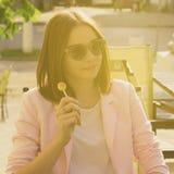 Νέα όμορφη γυναίκα, lollipop, υπαίθρια Στοκ φωτογραφία με δικαίωμα ελεύθερης χρήσης