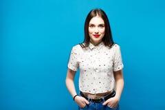 Νέα όμορφη γυναίκα smilig στο μπλε υπόβαθρο Στοκ Εικόνες