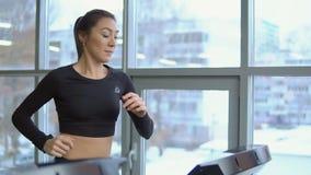 Νέα όμορφη γυναίκα treadmill στη γυμναστική χαλάρωση ικανότητας έννοιας σφαιρών pilates φιλμ μικρού μήκους