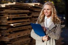 Νέα όμορφη επιθεώρηση ξυλείας εκμετάλλευσης γυναικών υπαίθρια Στοκ εικόνα με δικαίωμα ελεύθερης χρήσης