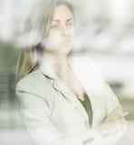 Νέα όμορφη επιτυχής επιχειρησιακή γυναίκα που στέκεται κοντά στον αέρα Στοκ Εικόνα