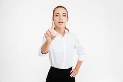 Νέα όμορφη επιχειρηματίας που δείχνει στη κάμερα Στοκ Εικόνα