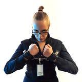Νέα όμορφη επιχειρηματίας που κραυγάζει, φυλακισμένος της εργασίας στις μανσέτες Στοκ Φωτογραφία