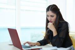 Νέα όμορφη επιχειρησιακή γυναίκα με το σημειωματάριο στο γραφείο Στοκ φωτογραφία με δικαίωμα ελεύθερης χρήσης