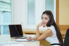 Νέα όμορφη επιχειρησιακή γυναίκα με το σημειωματάριο στο γραφείο Στοκ εικόνες με δικαίωμα ελεύθερης χρήσης