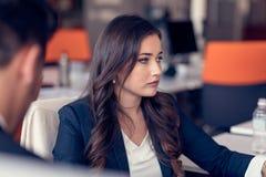 Νέα όμορφη επιχειρησιακή γυναίκα με το σημειωματάριο στο γραφείο Στοκ φωτογραφίες με δικαίωμα ελεύθερης χρήσης
