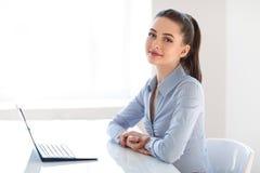 Νέα όμορφη επιχειρησιακή γυναίκα με το lap-top στο γραφείο στοκ φωτογραφίες με δικαίωμα ελεύθερης χρήσης