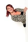 Νέα όμορφη επιχειρησιακή γυναίκα που κρυφοκοιτάζει γύρω από το α Στοκ φωτογραφία με δικαίωμα ελεύθερης χρήσης