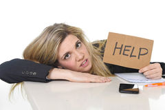 Νέα όμορφη επιχειρησιακή γυναίκα που υφίσταται την κλίση εργασίας πίεσης λυπημένη στο γραφείο γραφείων που ζητά τη βοήθεια Στοκ Εικόνα