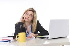 Νέα όμορφη επιχειρησιακή γυναίκα που υφίσταται την πίεση που λειτουργεί στο γραφείο που ματαιώνεται και λυπημένο Στοκ Φωτογραφία