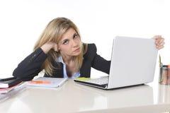 Νέα όμορφη επιχειρησιακή γυναίκα που υφίσταται την πίεση που λειτουργεί στο γραφείο που ματαιώνεται και λυπημένο Στοκ Εικόνα