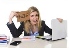 Νέα όμορφη επιχειρησιακή γυναίκα που υφίσταται την πίεση που λειτουργεί στο γραφείο που ζητά το συναίσθημα βοήθειας που κουράζετα Στοκ Εικόνα
