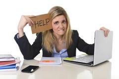 Νέα όμορφη επιχειρησιακή γυναίκα που υφίσταται την πίεση που λειτουργεί στο γραφείο που ζητά το συναίσθημα βοήθειας που κουράζετα Στοκ Εικόνες