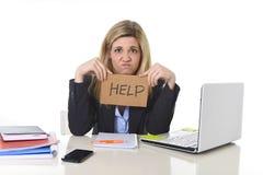 Νέα όμορφη επιχειρησιακή γυναίκα που υφίσταται την πίεση που λειτουργεί στο γραφείο που ζητά το συναίσθημα βοήθειας που κουράζετα Στοκ Φωτογραφία