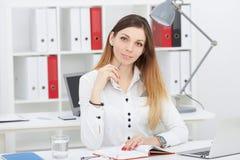 Νέα όμορφη επιχειρησιακή γυναίκα που χρησιμοποιεί τον υπολογιστή στο γραφείο γραφείων Νέος εργαζόμενος γραφείων που εξετάζει τη κ Στοκ φωτογραφία με δικαίωμα ελεύθερης χρήσης