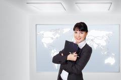 Νέα όμορφη επιχειρησιακή γυναίκα στο γραφείο στοκ φωτογραφία με δικαίωμα ελεύθερης χρήσης