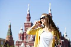 Νέα όμορφη ευτυχής γυναίκα που καλεί τηλεφωνικώς στη Μόσχα Στοκ φωτογραφία με δικαίωμα ελεύθερης χρήσης