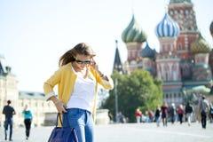 Νέα όμορφη ευτυχής γυναίκα που καλεί τηλεφωνικώς στη Μόσχα Στοκ Εικόνα
