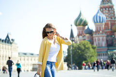 Νέα όμορφη ευτυχής γυναίκα που καλεί τηλεφωνικώς στη Μόσχα Στοκ εικόνες με δικαίωμα ελεύθερης χρήσης