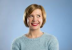 Νέα όμορφη και γλυκιά γυναίκα στο μπλε χαμόγελο πουλόβερ ευτυχές και εύθυμο Στοκ φωτογραφία με δικαίωμα ελεύθερης χρήσης