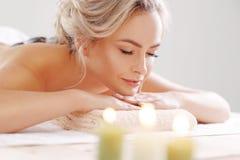 Νέα, όμορφη και υγιής χαλάρωση γυναικών στο σαλόνι SPA Θεραπεία αναζωογόνησης και να τρίψει τις θεραπείες αναψυχή Στοκ Εικόνες