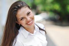 Νέα όμορφη κινηματογράφηση σε πρώτο πλάνο πορτρέτου κοριτσιών χαμόγελου Στοκ φωτογραφία με δικαίωμα ελεύθερης χρήσης
