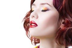 Νέα όμορφη κοκκινομάλλης καυκάσια γυναίκα με το επαγγελματικό πορτρέτο makeup και hairstyle, απομονωμένος στο άσπρο υπόβαθρο, κιν στοκ εικόνες