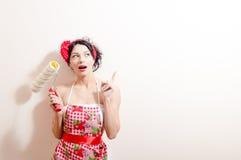 Νέα όμορφη κυρία brunette στο υποστύλωμα & την κατοχή χρωμάτων εκμετάλλευσης διασκέδασης της ανανέωσης της ιδέας που δείχνει με τ στοκ φωτογραφία με δικαίωμα ελεύθερης χρήσης