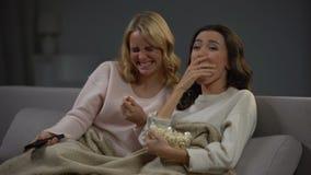 Νέα όμορφη κωμωδία προσοχής γυναικών δύο και γέλιο δυνατά, αστείος κινηματογράφος απόθεμα βίντεο