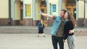 Νέα όμορφη λήψη ζευγών selfie υπαίθρια στην πόλη απόθεμα βίντεο