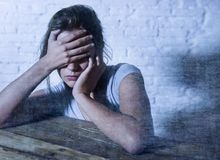 Νέα όμορφη λυπημένη και καταθλιπτική γυναίκα που φαίνεται σπαταλημένη και ματαιωμένη υφισμένος τον πόνο και την κατάθλιψη Στοκ εικόνες με δικαίωμα ελεύθερης χρήσης