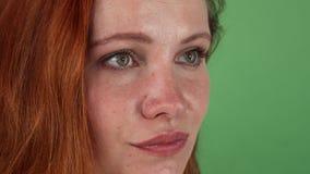 Νέα όμορφη μαλλιαρή γυναίκα πιπεροριζών που κοιτάζει στη κάμερα απόθεμα βίντεο